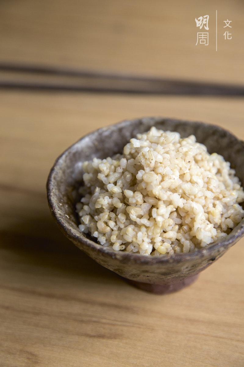 早餐,只吃一碗糙米飯,沒有配菜。