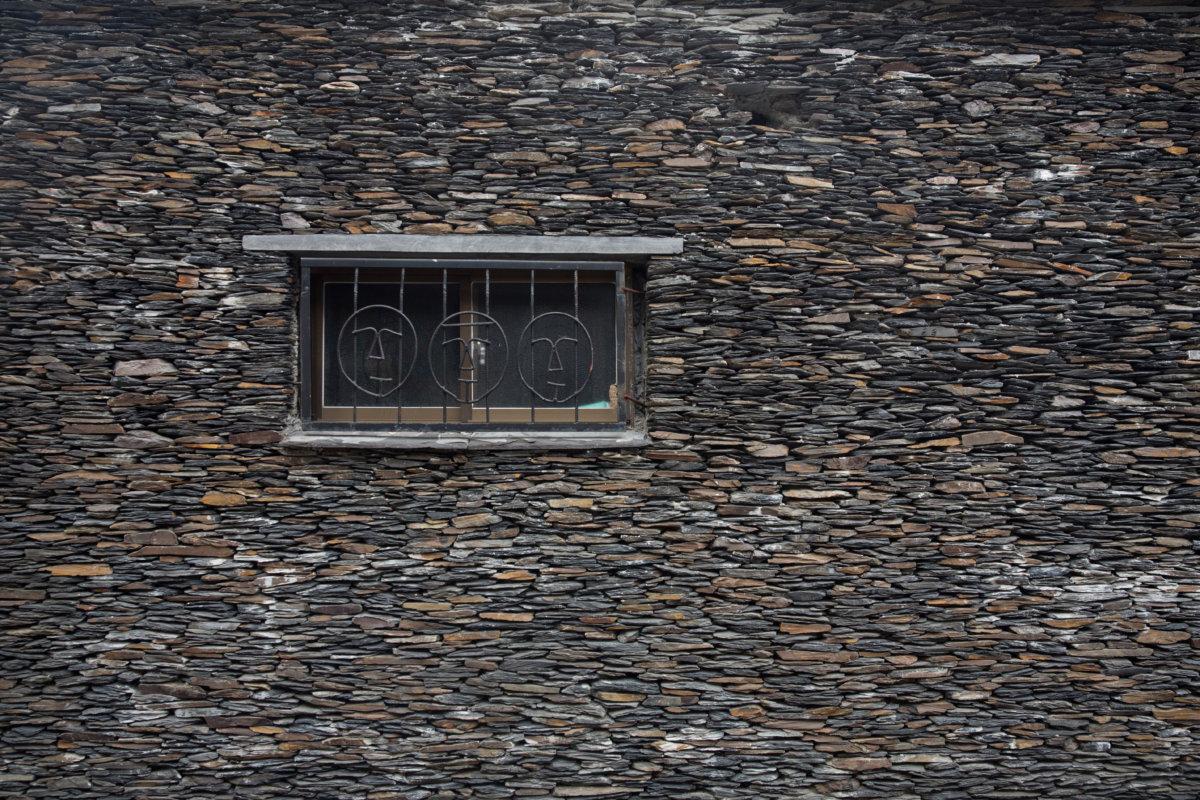老獵人的家是傳統石板屋。