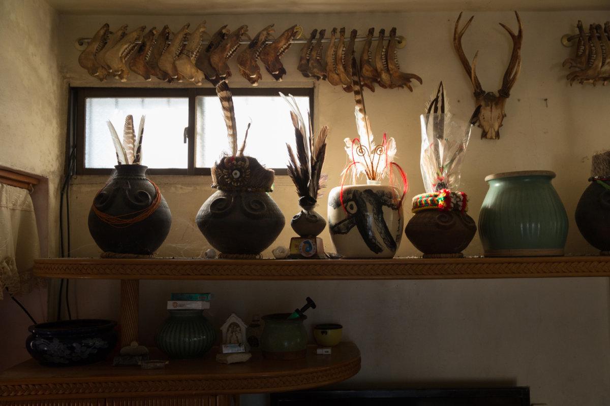 部落住家的裝飾常見羽毛、獸骨、陶壺。