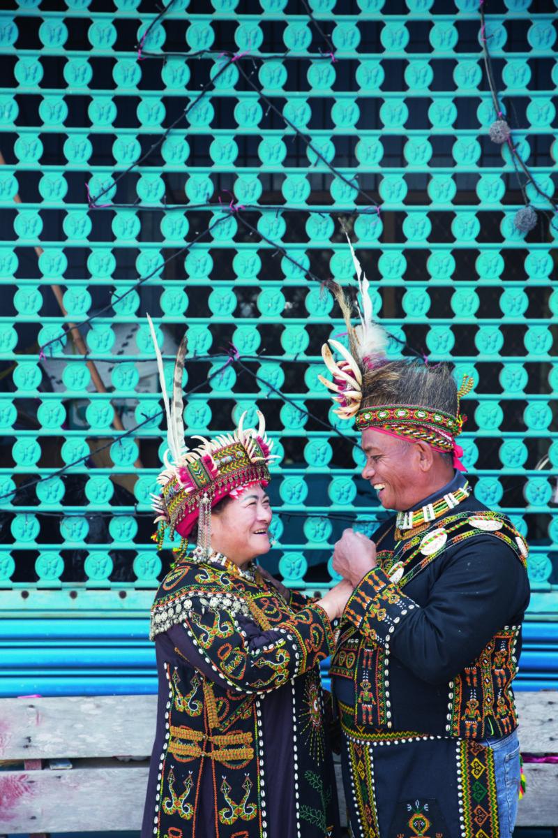 德文部落的頭目陳順歸與原本亦是頭目的傅惠美, 兩位頭目恩愛三十年。