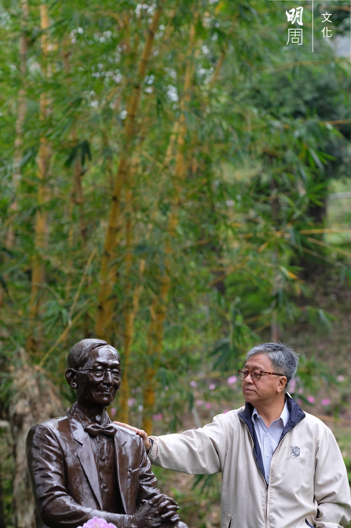 勞思光二〇一二年在台灣與世長辭後,張燦輝與關子尹請了雕塑家朱達誠為先師鑄造銅像,一七年終安放在中文大學校園未圓湖畔。