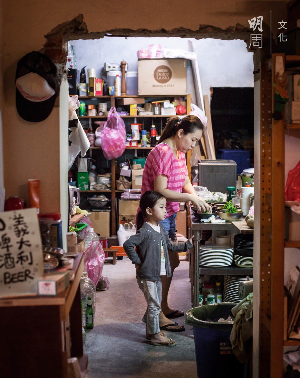 兩夫婦下廚時,女兒總在旁安靜看着,她日後對廚房準不會陌生。