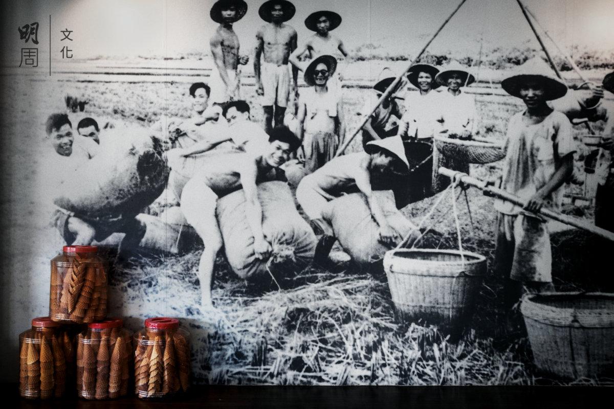 徐月鑾夫家經營百年老米廠。飯店牆上貼着歷史圖片,提醒先輩的辛勞與汗水。