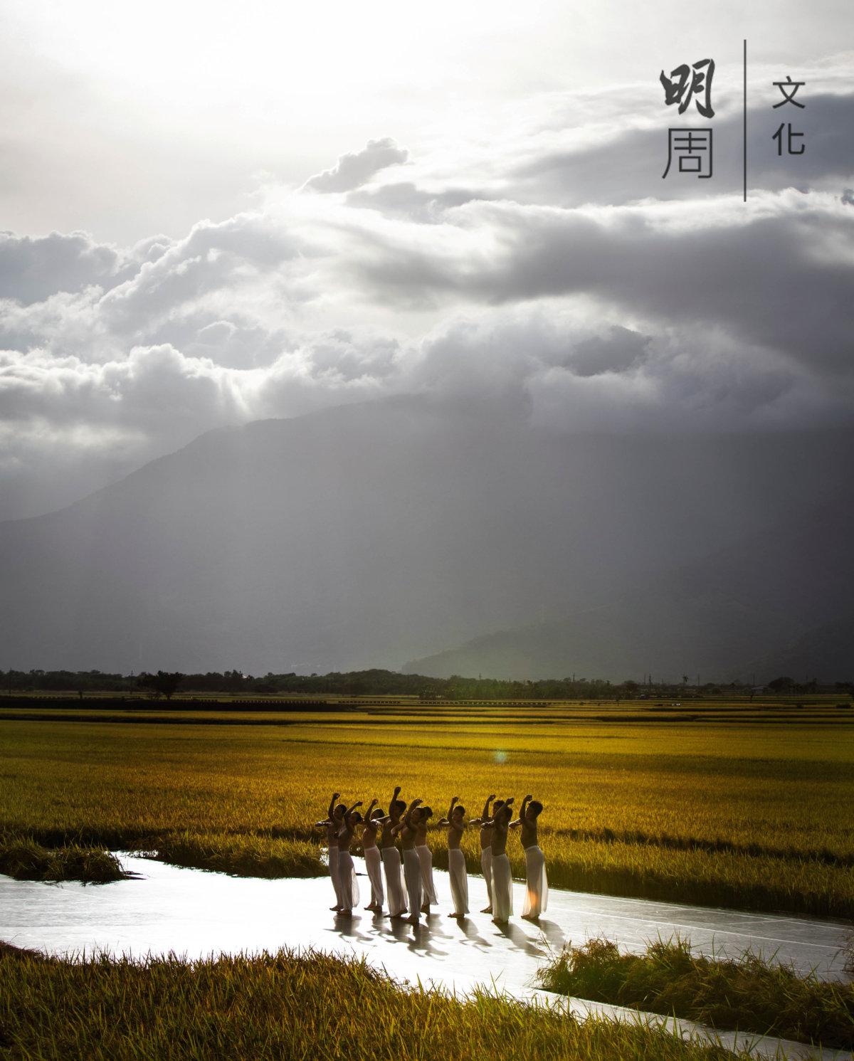 背景是中央山脈,燈光是自然陽光,秋收季節,雲門舞集以稻田為舞台,在「稻米之鄉」池上鄉演出,引起轟動。