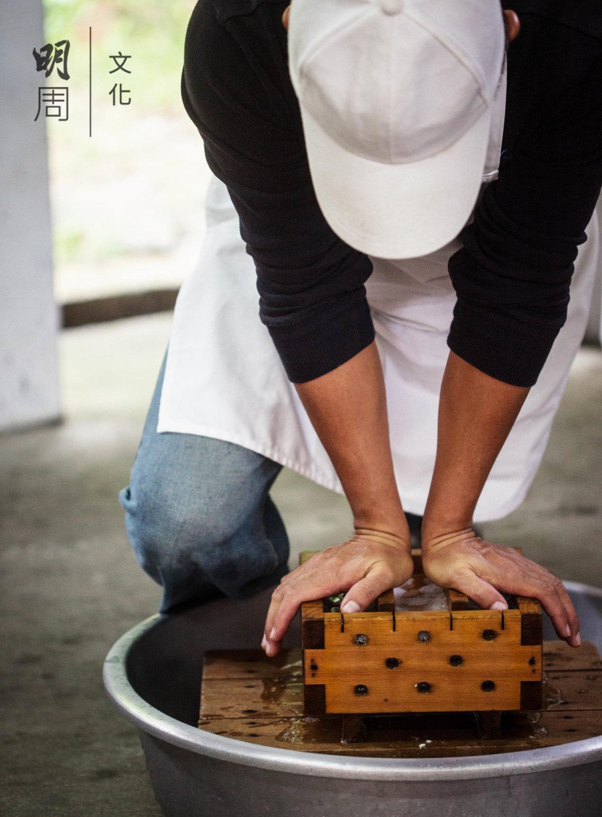 客人可以體驗泥火山豆腐的製作過程