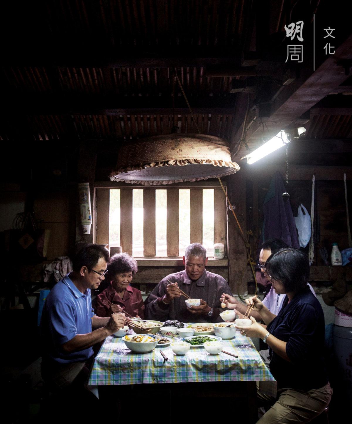 賴兆炫和梁美智(前)經常到山上探望有機稻農,聆聽他們的困難,鼓勵他們不要離開有機耕種的路。