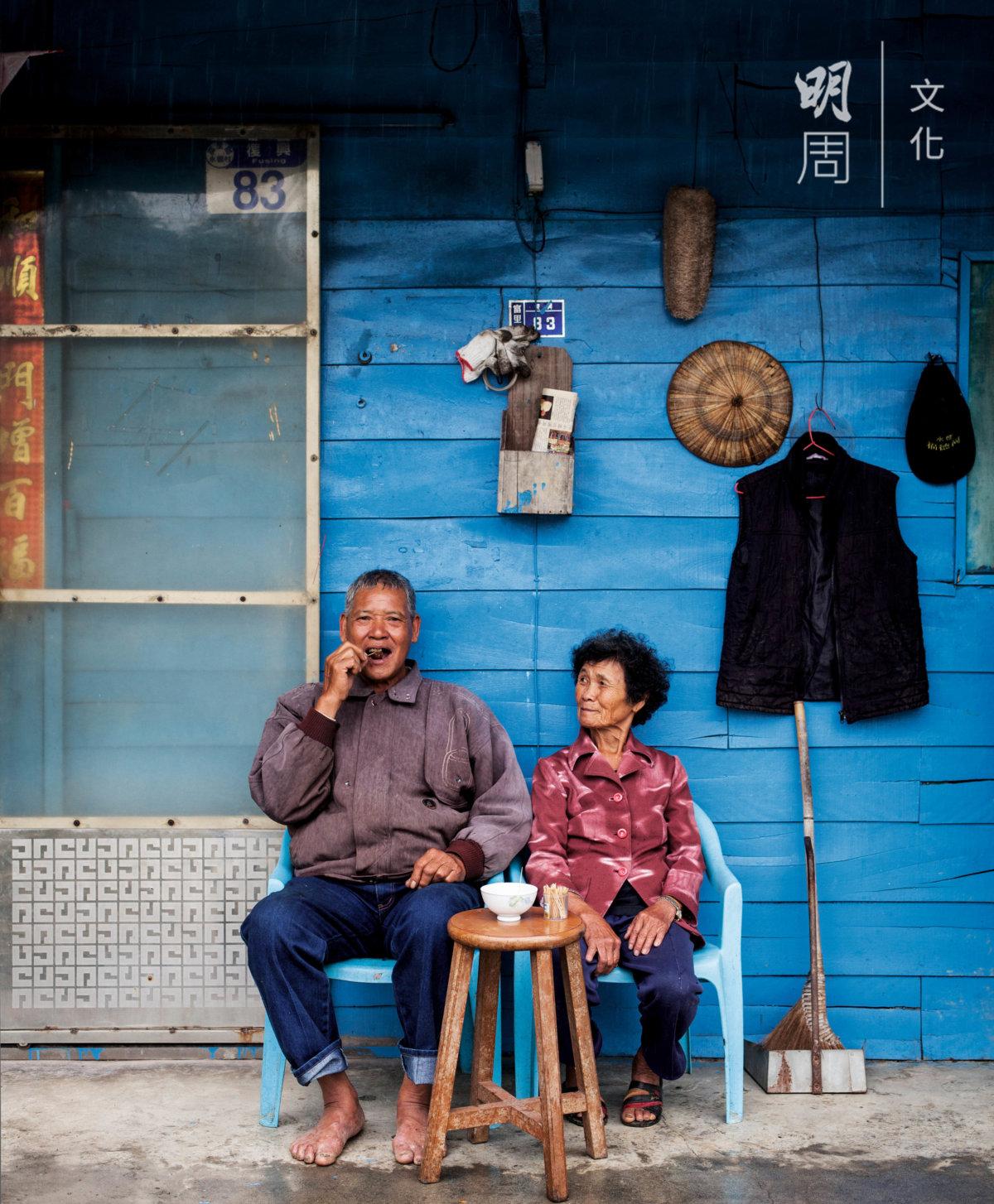 無論子女怎麼勸說,七十多歲的老人都不願意離開稻 田,種有機米更接近自然,每天日子過得很自在。