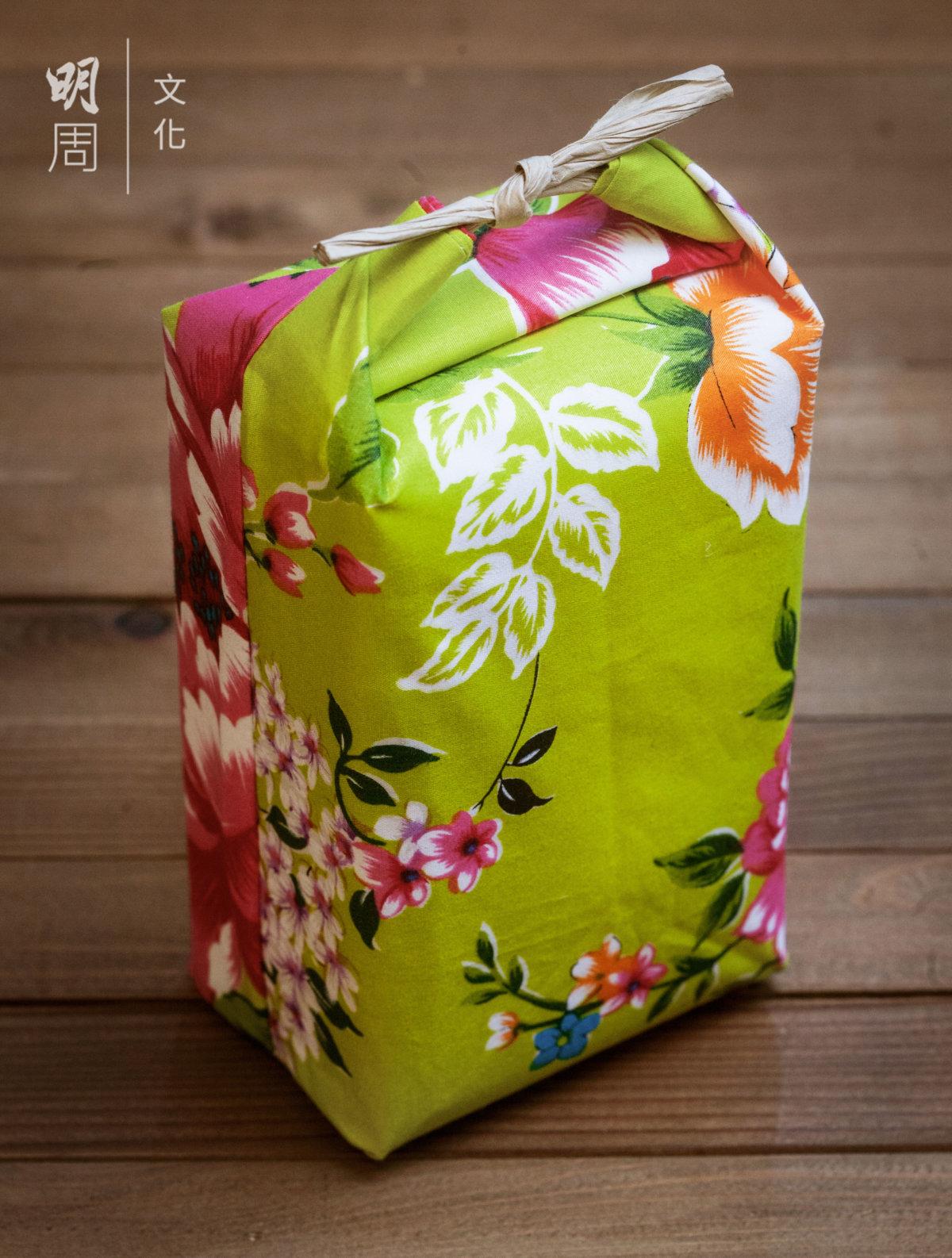 花布包裝配合手繪台灣家常菜食譜, 讓一包米飯增添更多趣味與滋味。