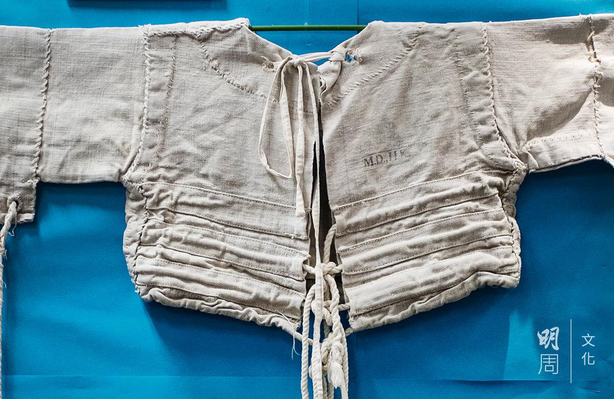 這件長袖約束衣是昔日用來約束有暴力行為的病人,把長袖從後綁上以抑制病人上肢的活動。