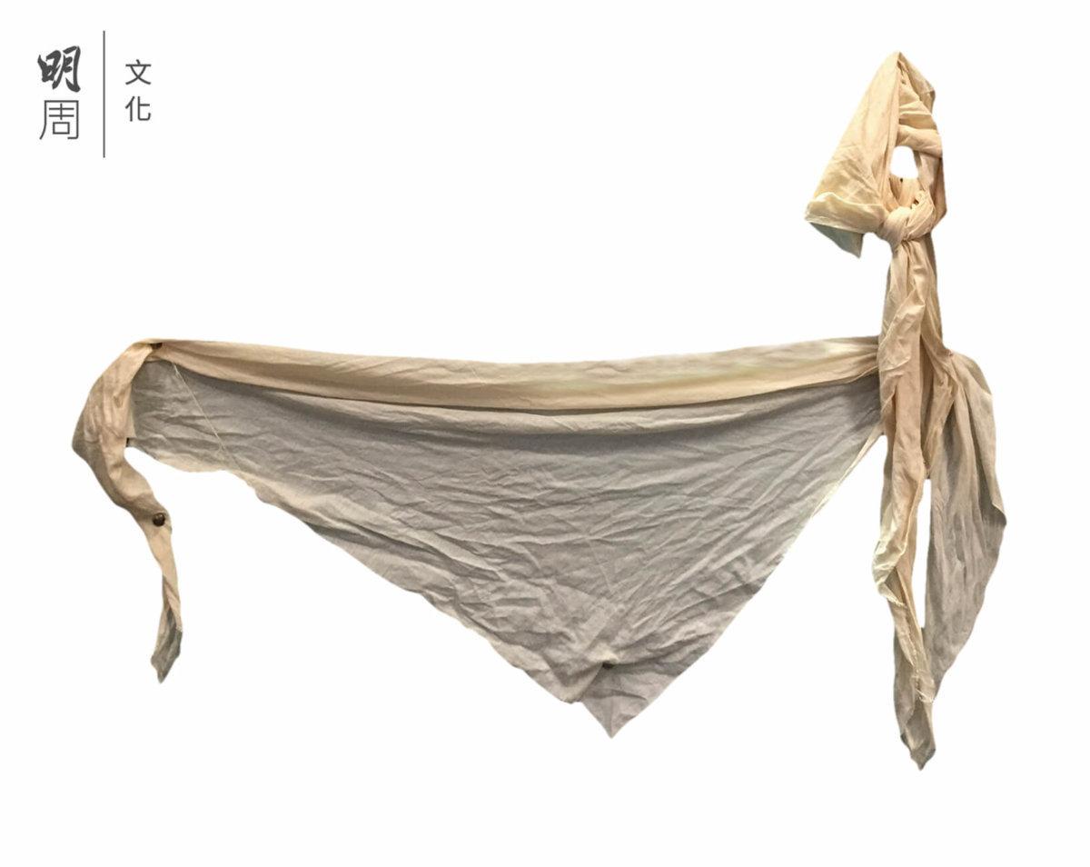 三角繃帶 ─ 在2000年之前,三角繃帶是最常用來綑綁病者的手和腳之約束用品。