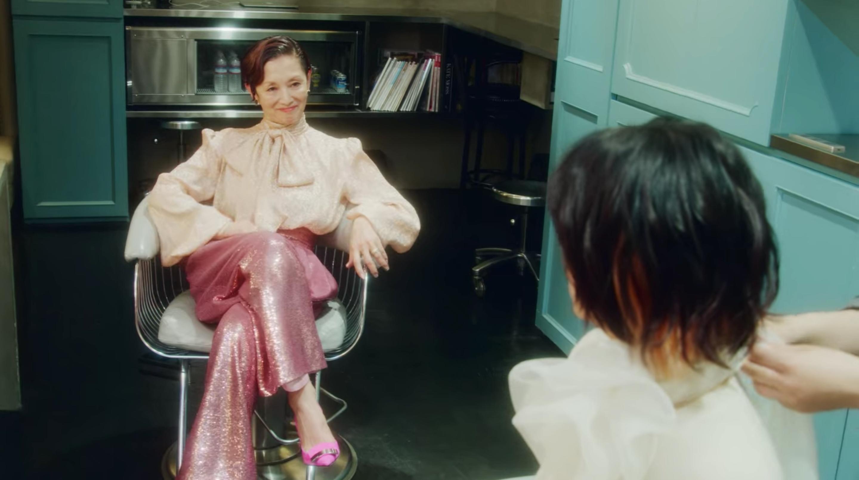 美妝公司社長繪里子帶主角百田夏目翻新造型,期間對白字字珠璣。