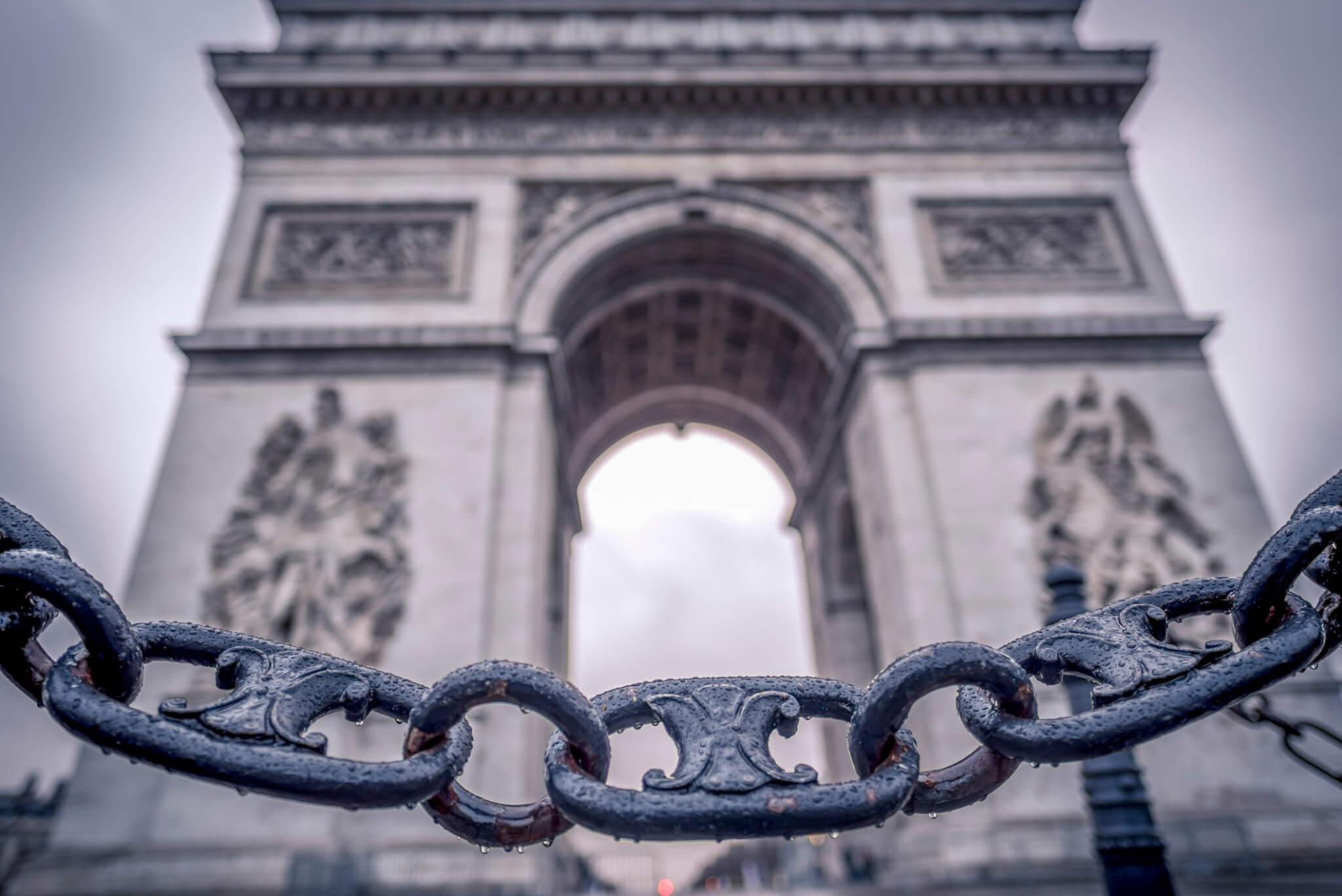 巴黎凱旋門外的鐵鏈正是CELINE Triomphe印花的靈感來源。