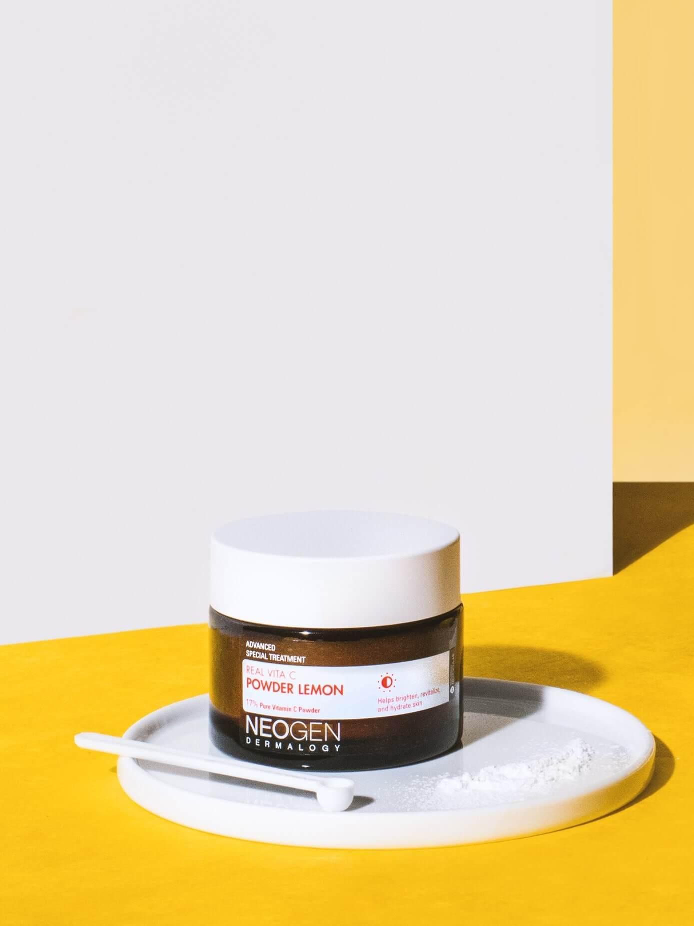 Neogen 一向以skincare產品為主,而這款是粉狀Vitamin C,優點是比一般液態的Vitamin C 更容易保存,而且不易變質。每次使用時只需少許的粉末,與護膚品混合,例如爽膚水等,皮膚就能吸新鮮的維他命。這產品適用於任何皮膚種類。