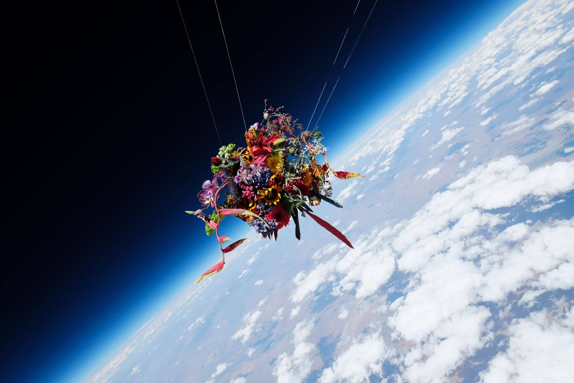 東信將巨型花束放置氦氣球上,任由它脫離地心引力飛至宇宙邊際。