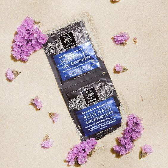 APIVITA Sea Lavender Mask HK$310.008ml X 12 Packs 面膜以綠茶基底水代替水份,配方更有星晨花、專利蜂膠環糊精複合物,能為皮膚注入源源不絕的水份和提供卓越抗氧化作用,免受環境影響而刺激肌膚老化;草本成份包括:茉莉花、薰衣草和天竺葵,可以保持皮膚柔嫩亮澤,特別適合所有膚質。