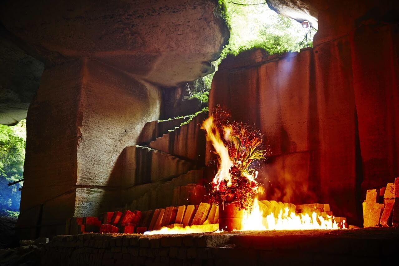 火燒自己的作品,再紀錄過程,不僅僅是花藝,而是行為藝術。
