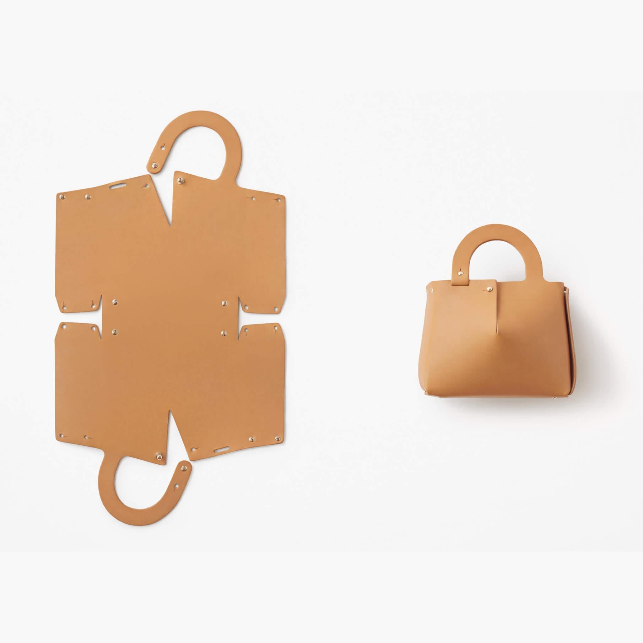 手袋來貨時並非以「最終形象」出現,而是一塊貌似紙樣的皮革,讓買家自行組裝。