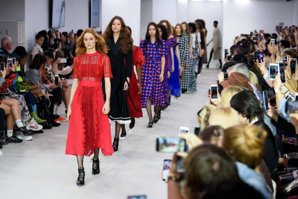 受新冠肺炎影響,今年倫敦時裝周不僅將男女裝結合,更全面數碼化。