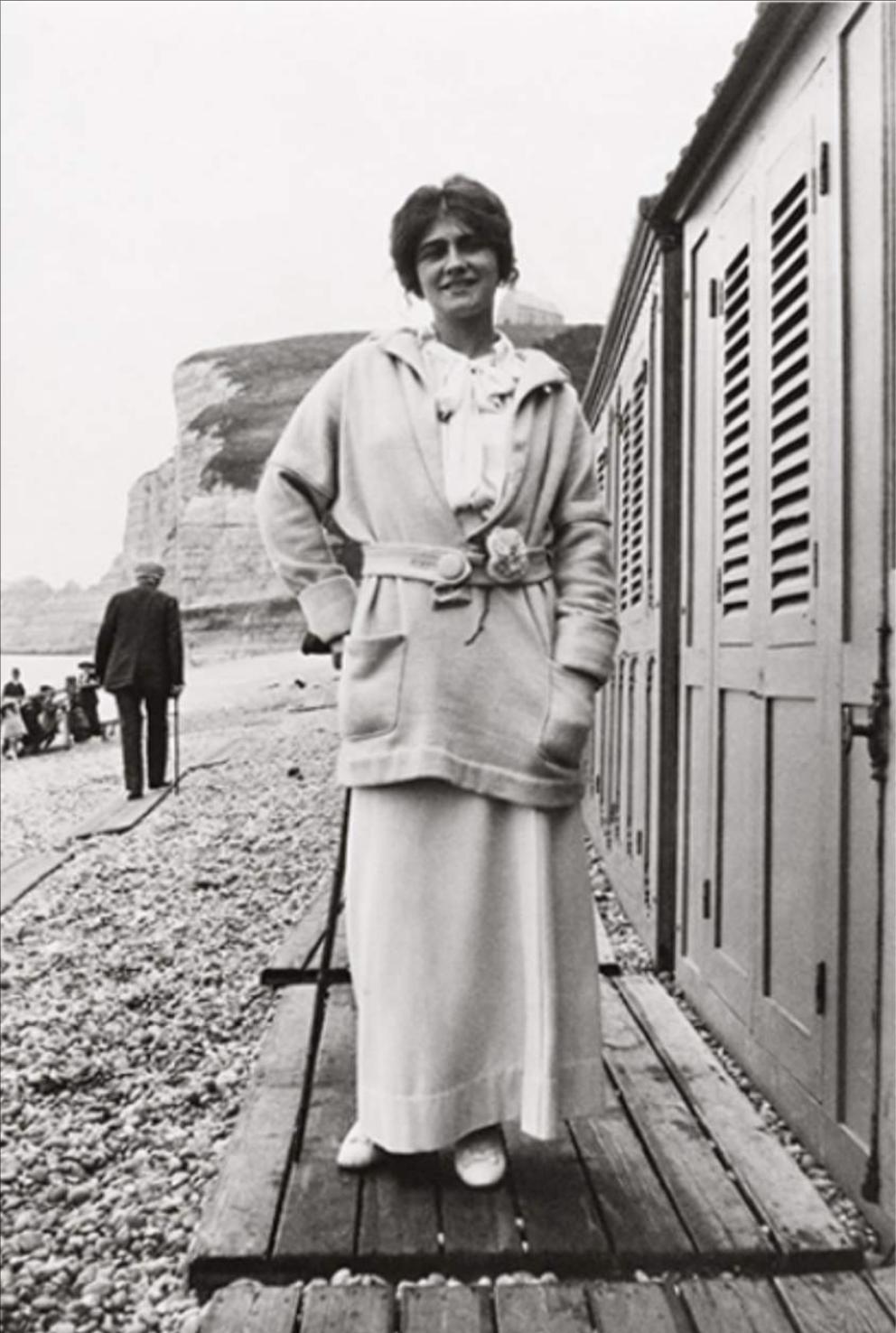 年輕時的Mademoiselle Chanel已經喜歡將山茶花別再腰間,充當腰帶飾物。