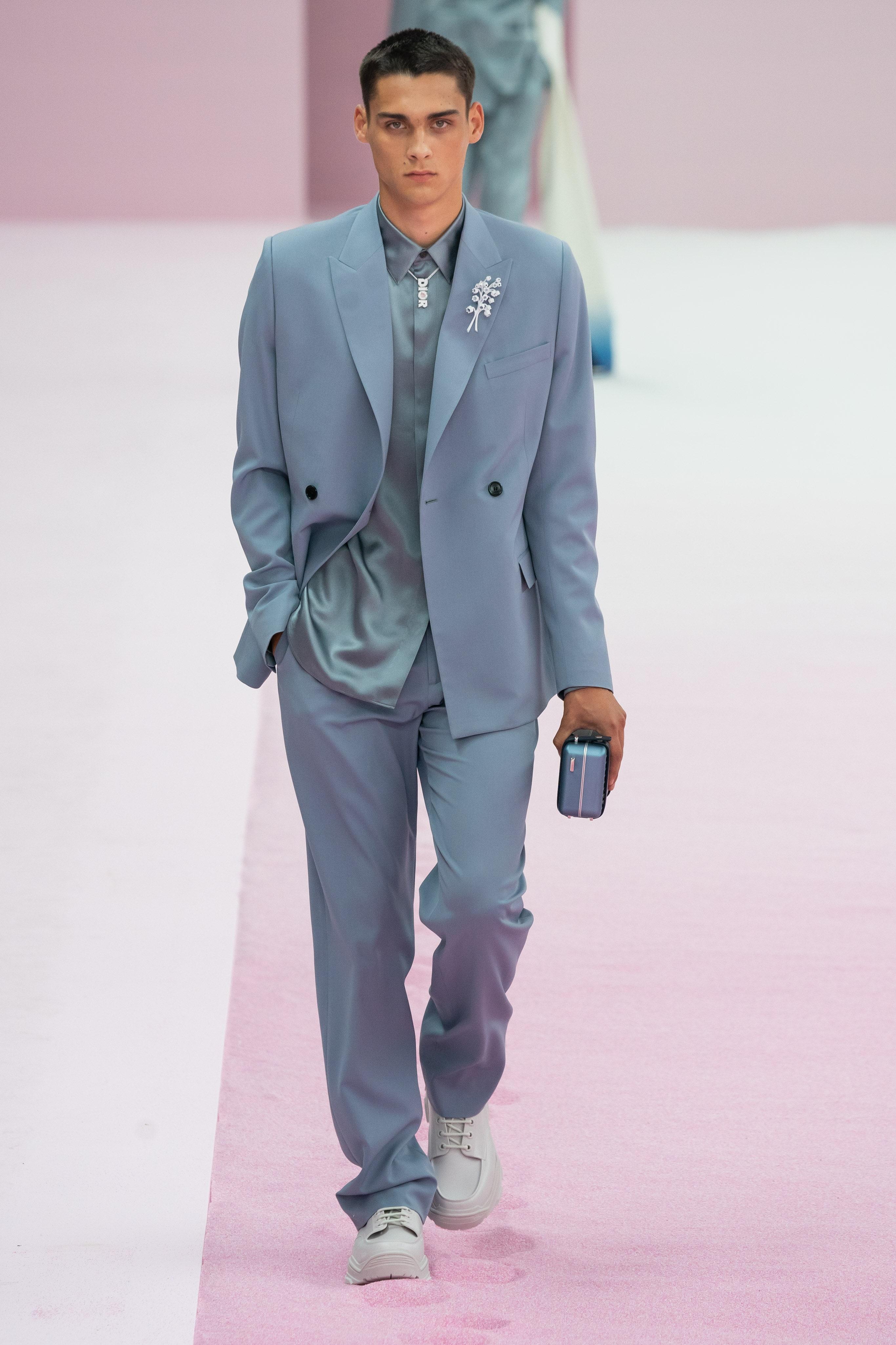 Kim Jones的Dior Men二〇二〇春夏系列則將鈴蘭化為襟針。