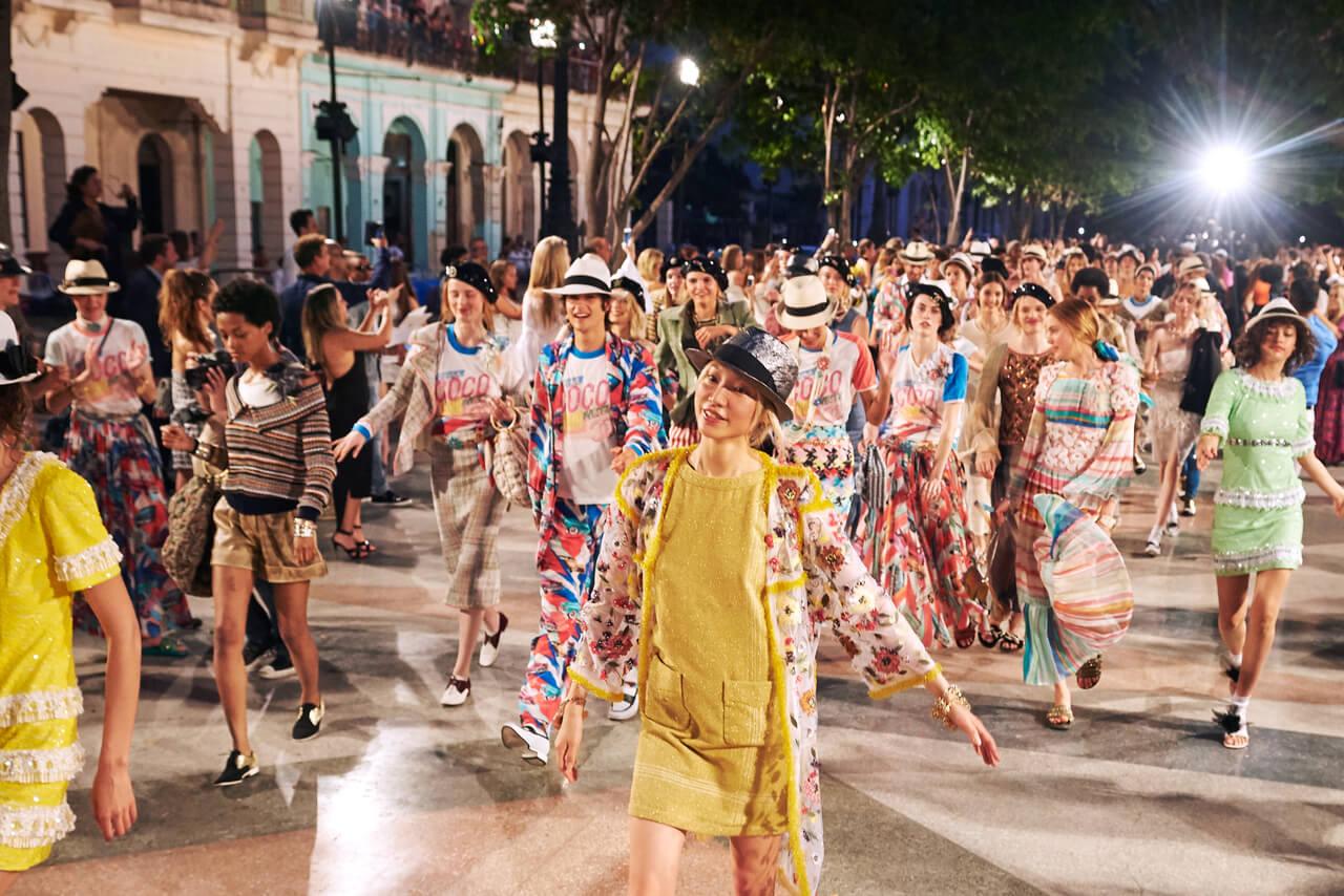 度假系列(Cruise)近年成為品牌重點投資活動。圖為2016年在古巴舉辦的Chanel Cruise系列時裝騷。