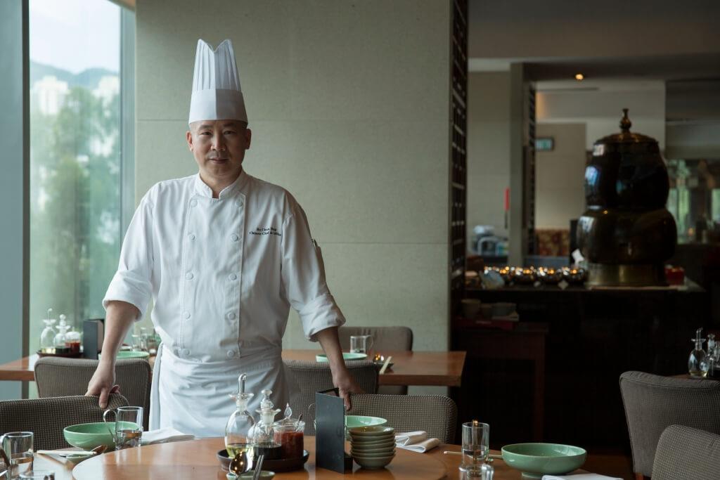 何振雄師傅近年熱中到國內搜尋各種食材,用來創作新菜式。這些來自南海或順德的青色大蕉,便啟發了他創出這道煲仔菜。
