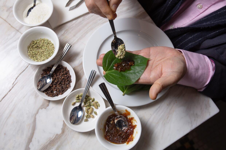 先摘去葉梗,再勺入玫瑰醬、椰絲等配料,然後便可包覆食用。