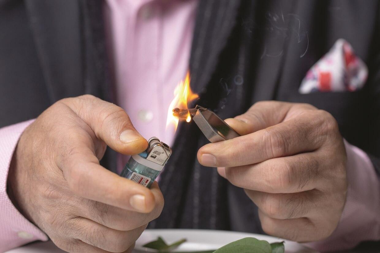 丁香內的油分充裕,燃起火舌後把燃燒中的丁香置於檳榔葉內,然後立即放入口細嚼,當地人相信可以醫活喉嚨。