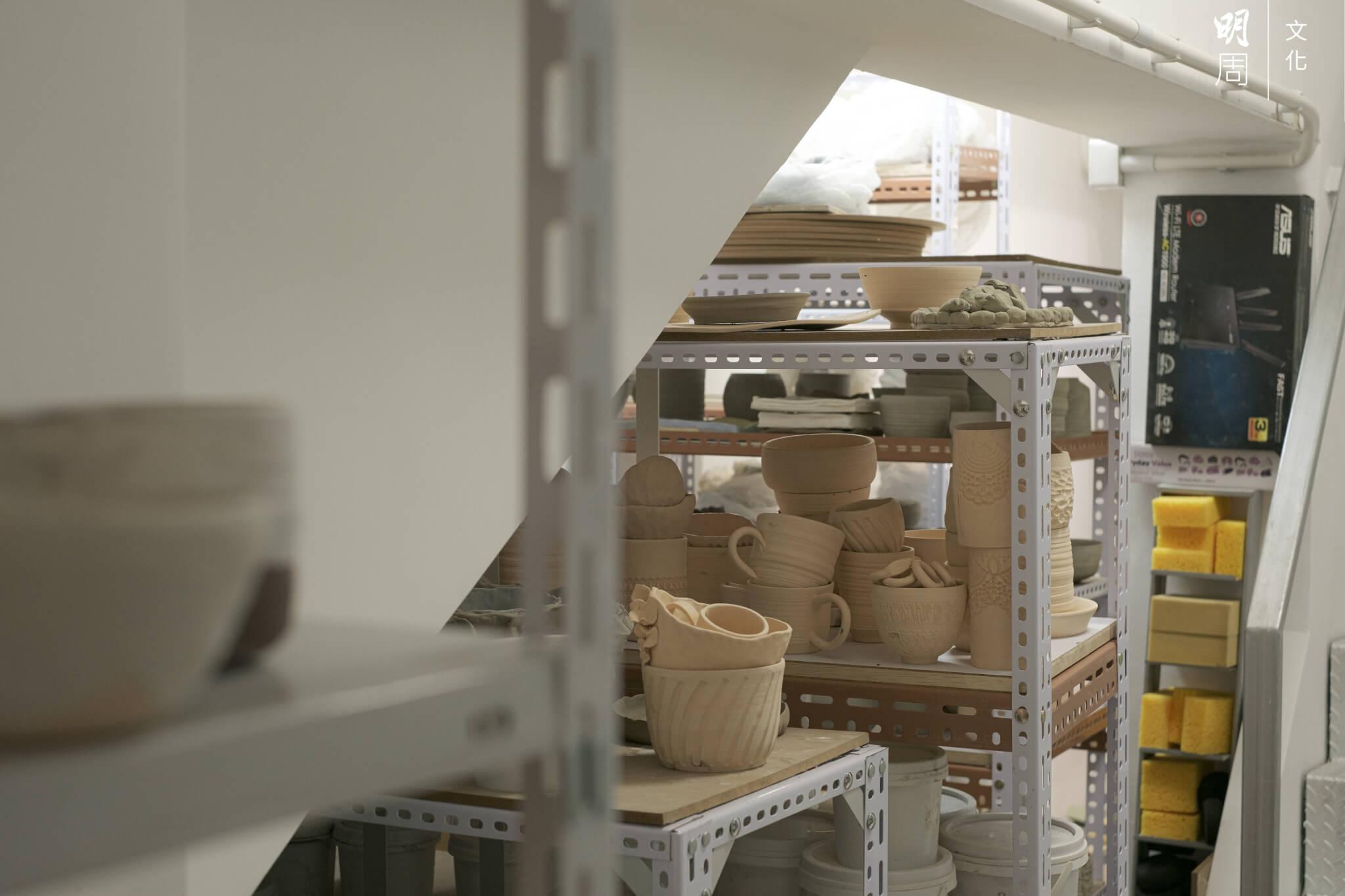 物器堂有許多尚未上釉的素燒陶器,不少是學生作品。