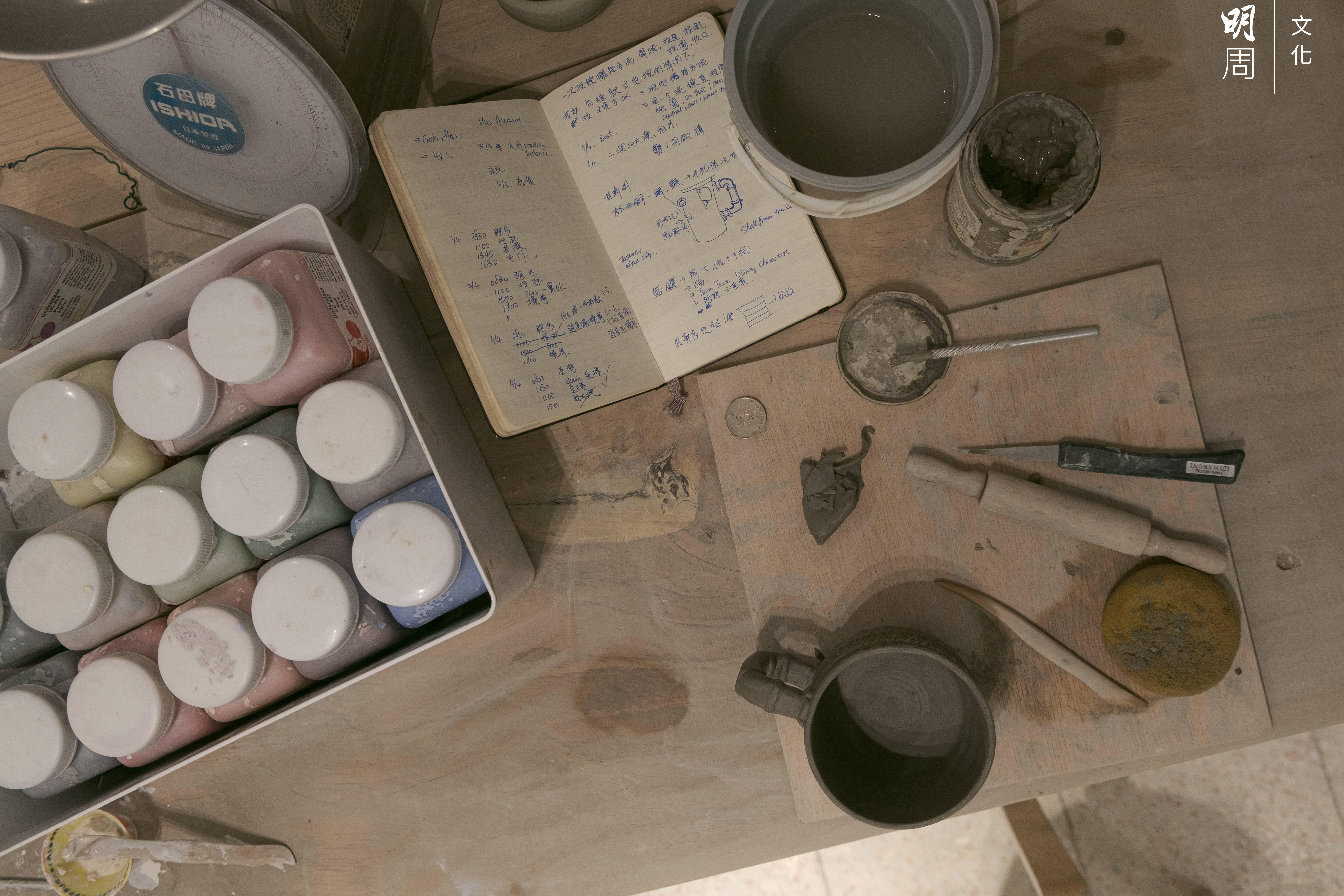 訪問當晚,到八時仍有學生不願走,留在店內,用心製作作品,力臻完美。