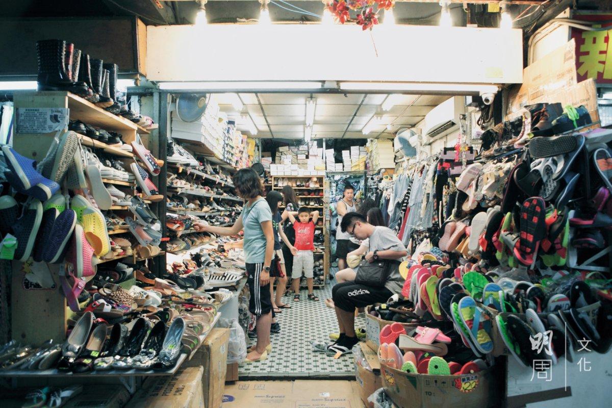 在西灣河倍受歡迎的平價鞋店,幾十元到一百多元一對,少女和阿婆都光顧。