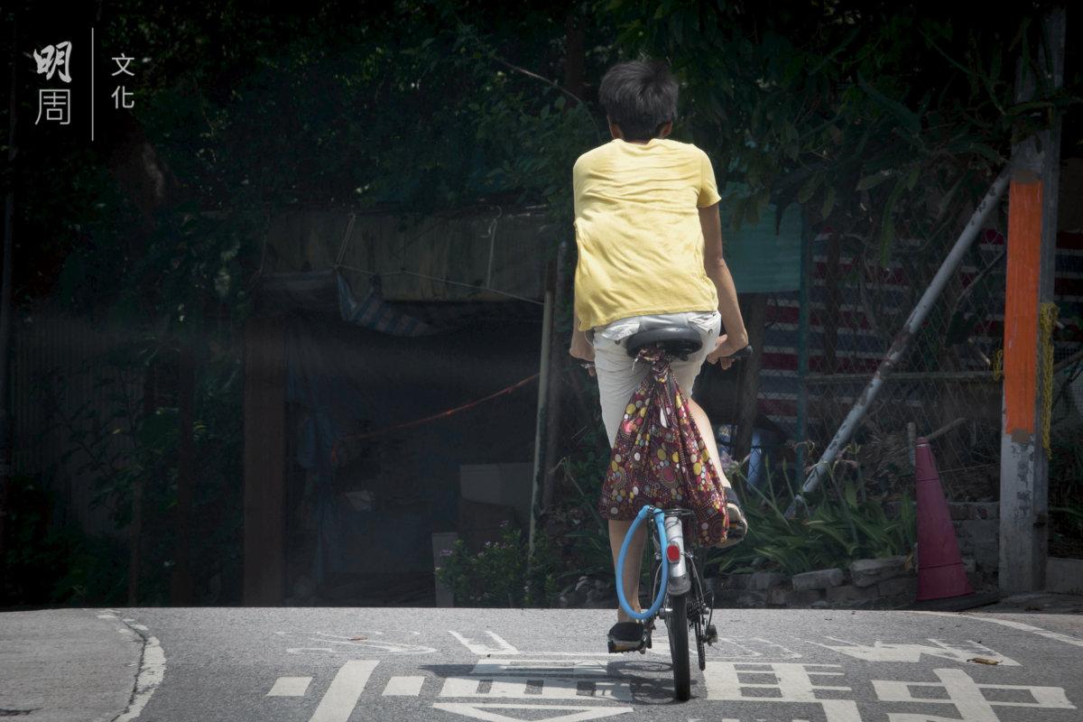 實踐低碳生活,騎單車出行。