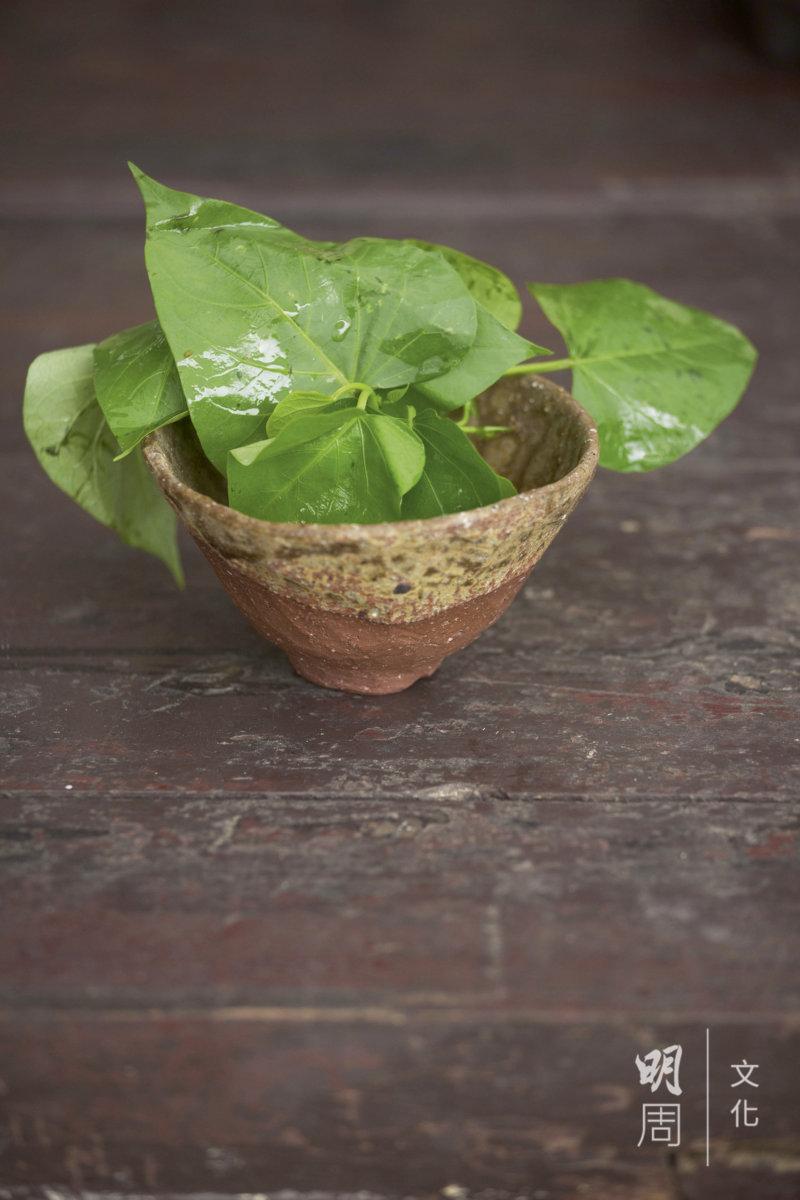 用田的泥土造陶瓷,盛載田長出的菜。