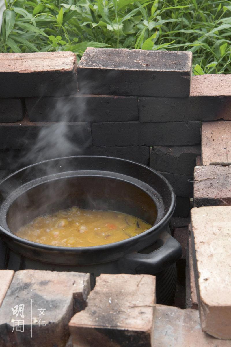 熬五六個小時的柴火湯,用當季本地食材。