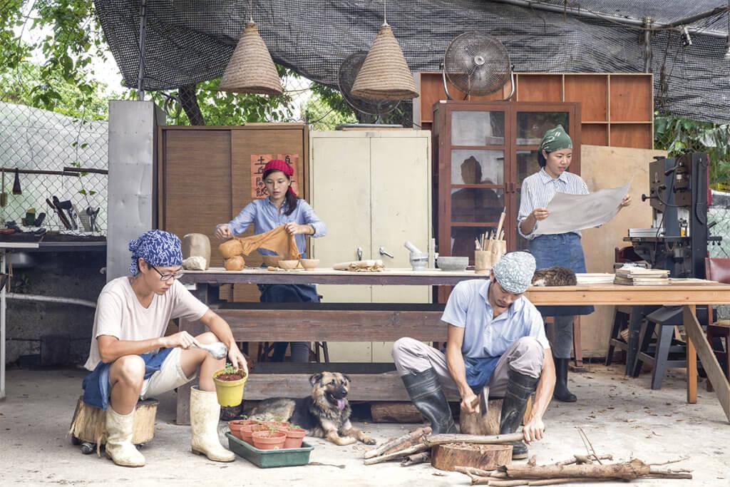 土丘廚房兼工作區域,土丘成員小孔(左一)培苗,細沈(左二)造陶瓷,Wanho(左三)劈柴,靜怡造紙。
