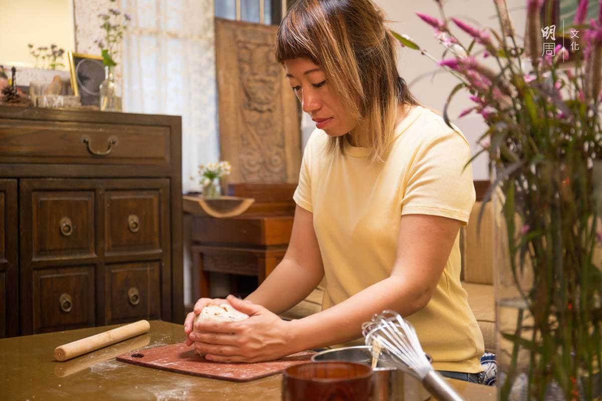導演曾翠珊(Jessey)示範自製麵包,不用看食譜,分量、做法在心中。