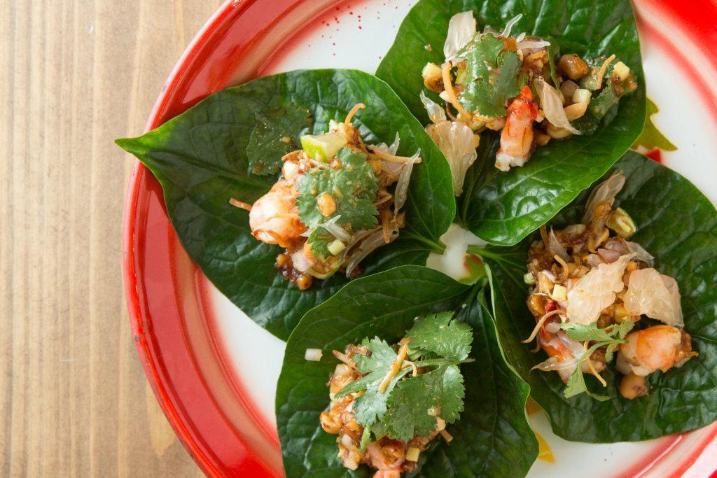 泰式檳榔葉包 // 蝦粒、芫荽、柚子肉、花生粒、椰絲、椰糖、薑等食材,拌勻後再置於葉上,分量剛好「一啖過」。($88)