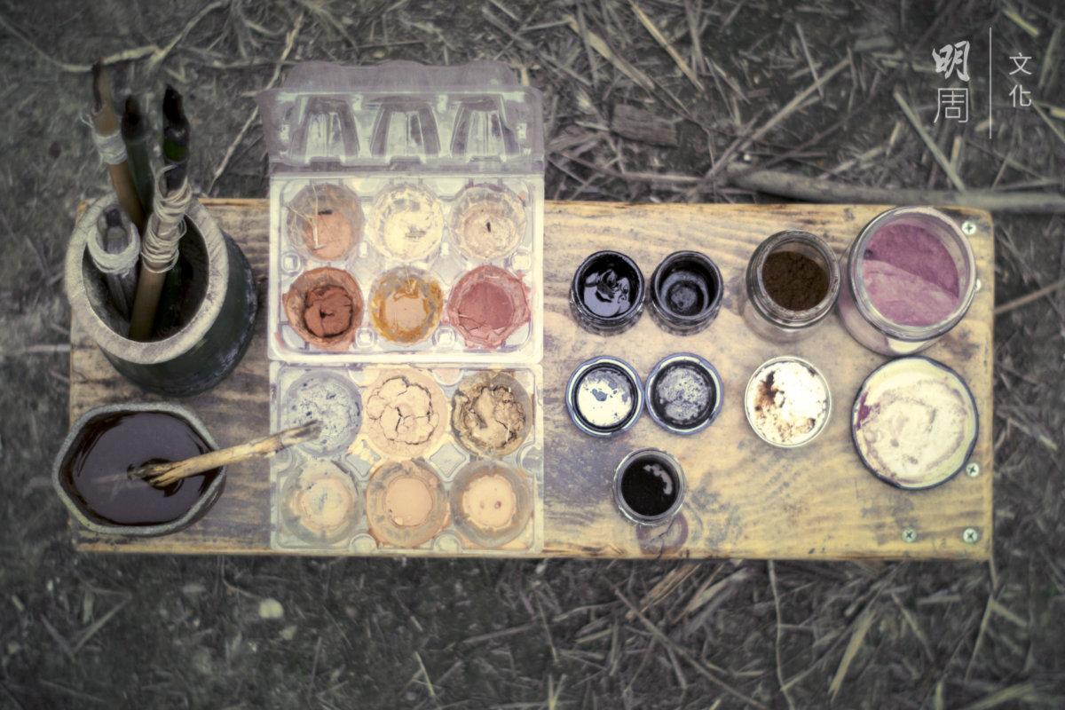 用泥土造顏料、樹枝燒後造炭筆,收集竹枝造墨水筆,黏在柴燒的炊具上的炭渣可 以造墨水,取法自然。(圖片由土丘提供)