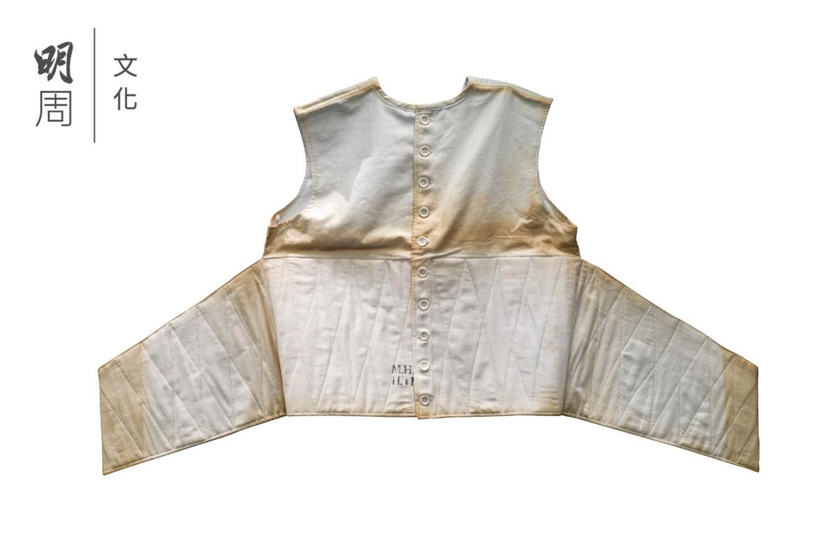 約束衣 ─ 這件約束衣是舊時普通科醫院和精神科醫院常用來約束異常活躍的病人或老年病人。