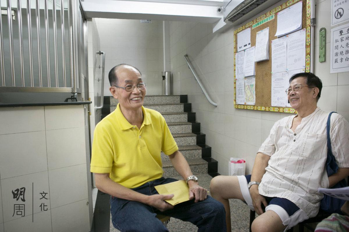 譚健榮和梁日潮是幾十年舊同事、老街坊,憶 當年春風滿面。