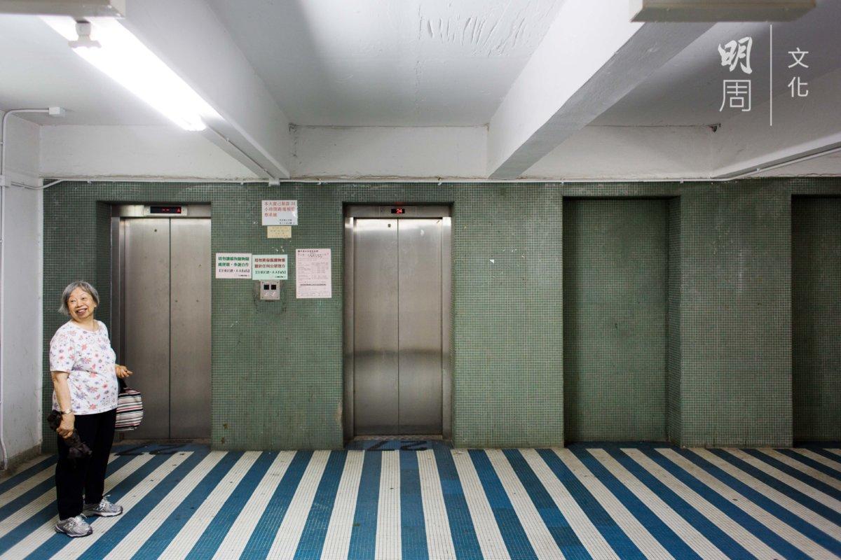 老住戶華姐笑嘆,這電梯大堂寬敞得可以擺酒。