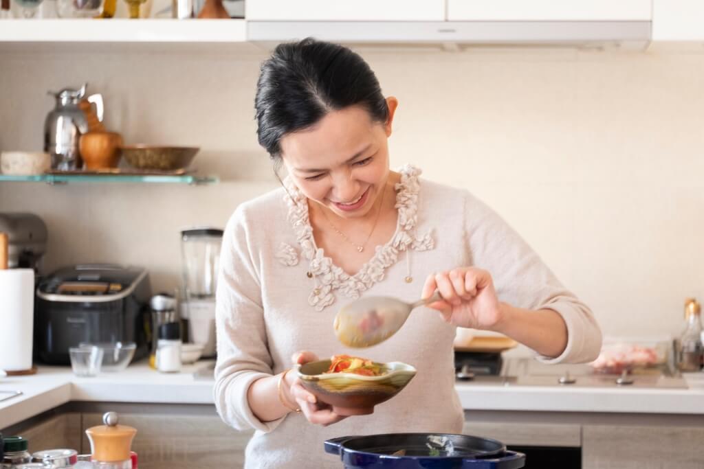 Shadow Kwan,熱愛飲食美學、東方花藝與茶藝,矢志追求「和、樂、靜、雅」的人生。希望透 過健康的家庭料理,把美感的領悟伸延到餐桌設計和花藝,打造和諧又溫暖的氛圍。