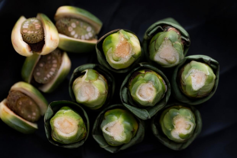 台灣流行的檳榔食法有幾種,包括菁仔(左),及以檳榔葉包覆的包葉(右)。