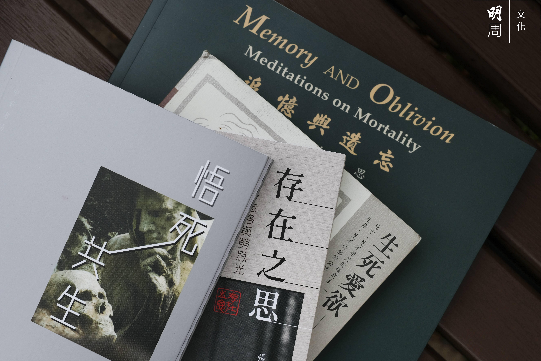 張燦輝多年著有多本探討死亡的著作。近作《悟死共生》在去年七月出版,遭逢香港發生多宗轟動社會的自殺之時。