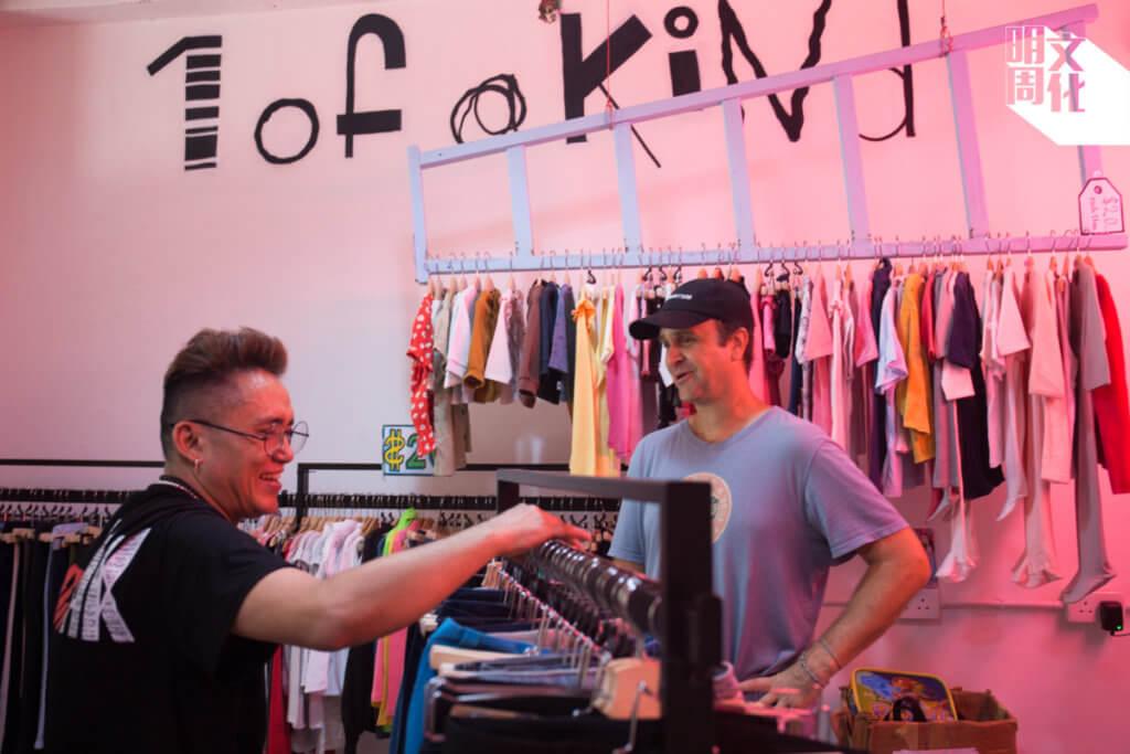 Sam(左)是尼泊爾裔新成員,獲Jeff(右)邀請在二手店1ofaKIND工作。