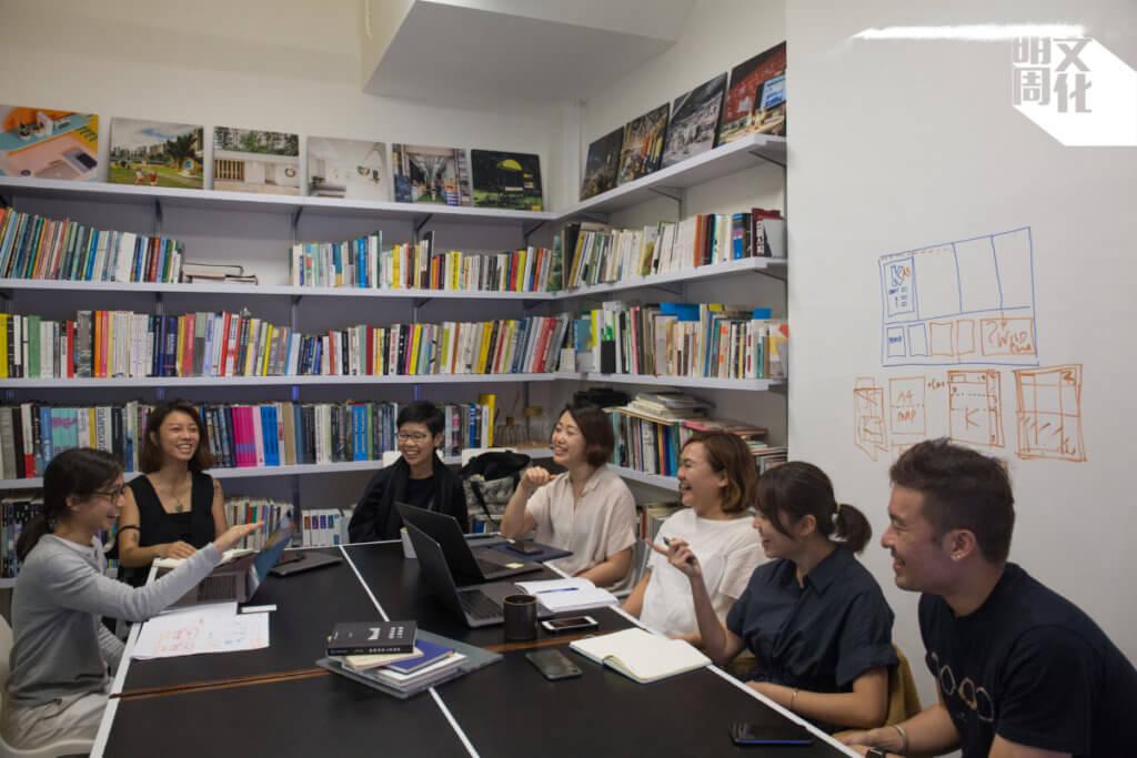 「一口舍群」、「執嘢」和熱飯供應商圍坐開會,討論計劃詳情。