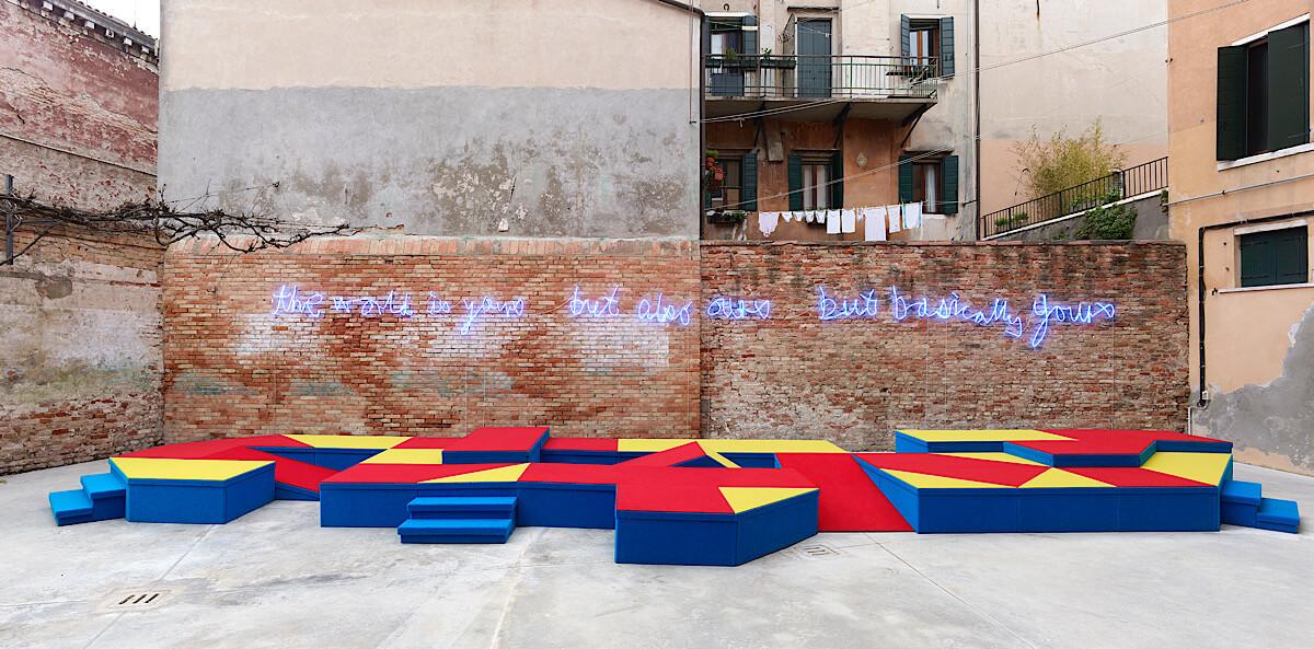 2017年Samson於威尼斯雙年展的其中一個裝置《Risers》寫上毛澤東名句的英文版;圖片由藝術家提供。攝影:Simon Vogel