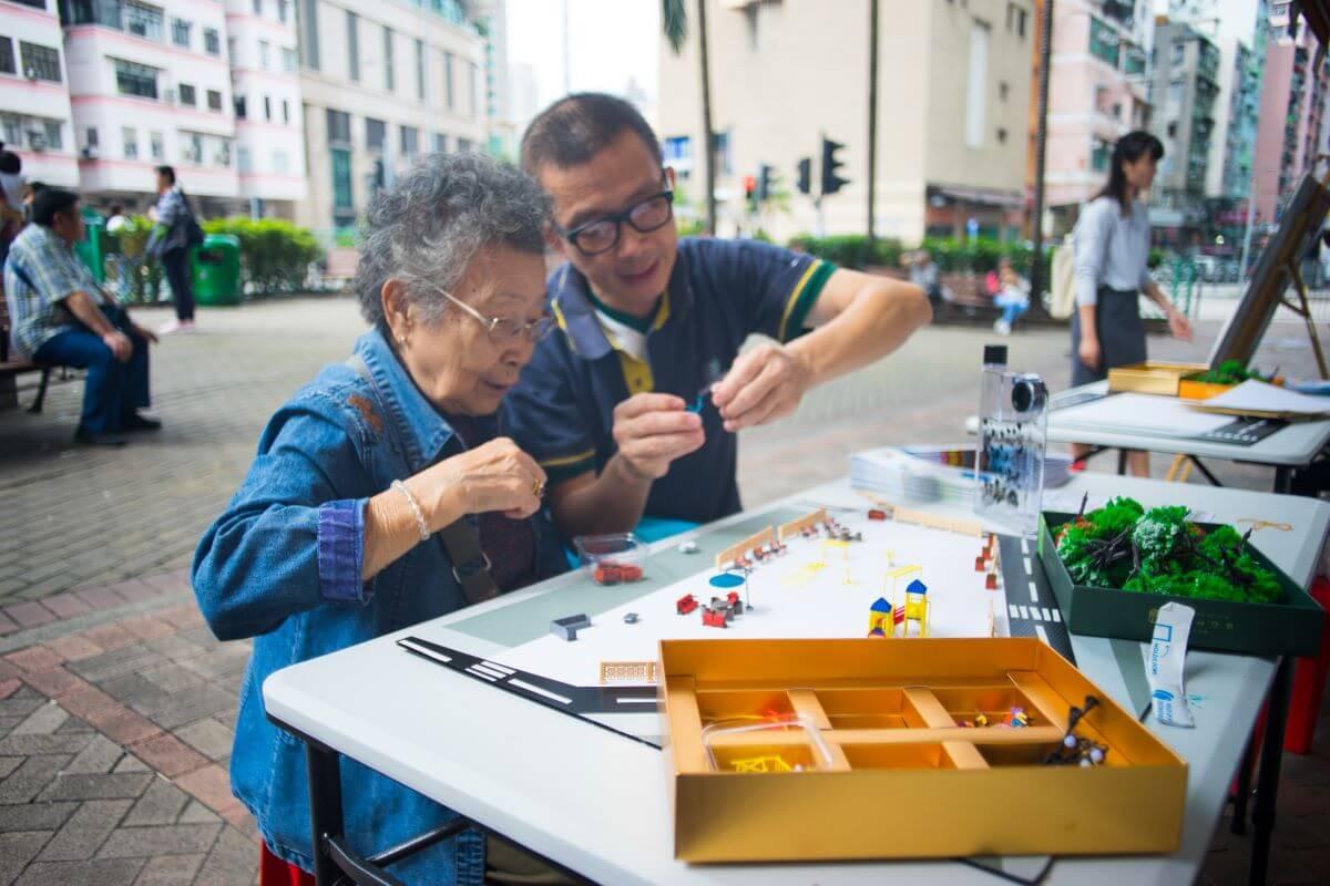 團隊在街上放置模型,以遊戲方式讓街坊參與設計。