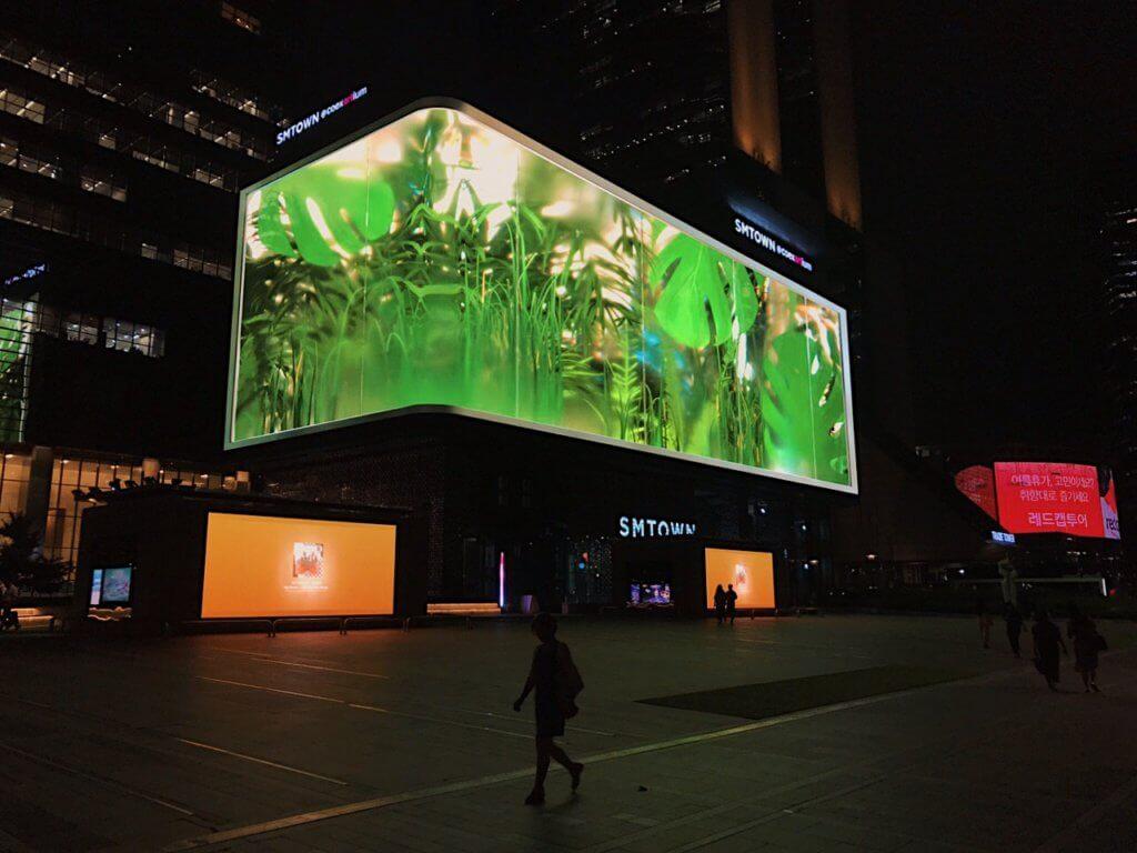 以韓國花草為靈感,同樣使用全息影像技術。