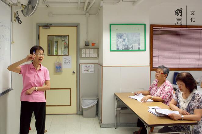 紮根西灣河的基督教女青年會明儒松柏社區服 務中心,區內長者可以學電腦、普通話等興趣班,由退休長者與老友記分享知識。